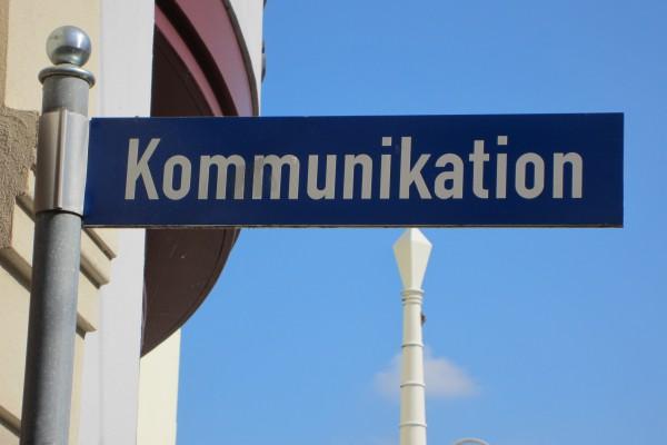 Strassenschild mit der Aufschrift Kommunikation