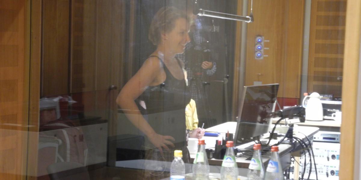 Gesche Piening bei einer Regiearbeit im Tonstudio